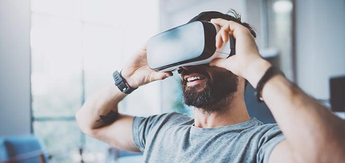 uomo sul divano con occhiali VR